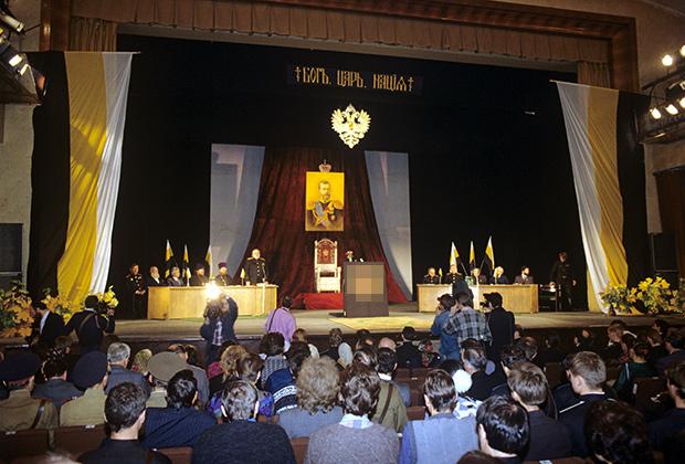 Первое Собрание Национально-патриотического фронта «Память», 1992 год (часть изображения была размыта, чтобы не нарушать законодательство Российской Федерации)