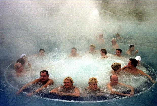 Немецкие купальщики в бассейне содержащем радон
