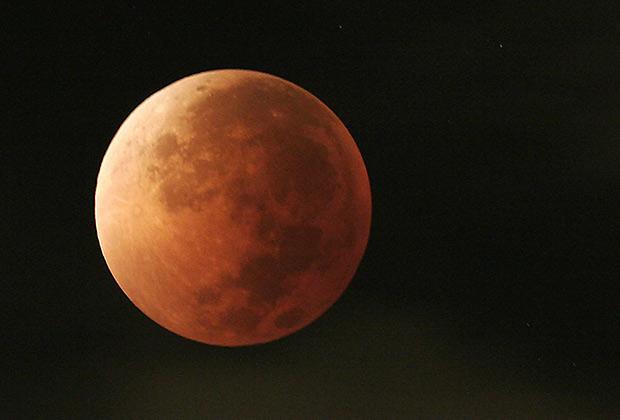 При затмении земного спутника на восходе или закате возникает явление «кровавая луна»