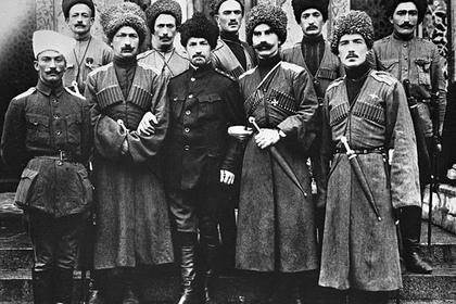 Группа офицеров 2-го Дагестанского конного полка у стен Петроградской мечети, 1917 год