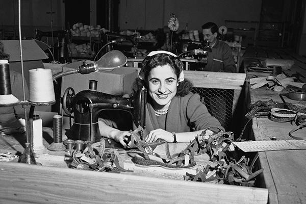 Лени Ромео, одна из первых работниц американской обувной фабрики в Триесте. Февраль 1951 года.