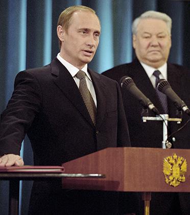 Владимир Путин дает присягу президента Российской Федерации. Справа — первый президент России Борис Ельцин