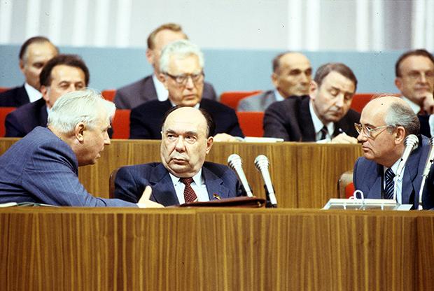 Егор Кузьмич Лигачев, Александр Николаевич Яковлев и Михаил Сергеевич Горбачев (слева направо) в президиуме на XIX Всесоюзной конференции КПСС, июнь 1988 года