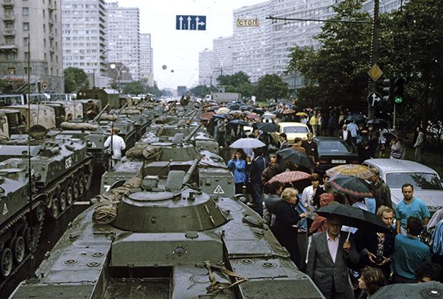 20 августа 1991 года, после объявления чрезвычайного положения в Москву были введены войска и техника. Танки на Калининском проспекте (Новый Арбат)