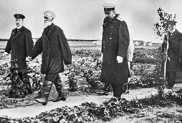Петр Аркадьевич Столыпин (третий слева) во время знакомства с хуторским хозяйством недалеко от Москвы