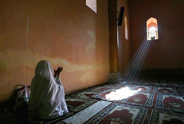 Женщина, находящаяся во временном браке, приравнивается к обычной жене, которой выплачивается махр (подарок супруга). Ее дети являются законными, и на нее распространяются обязанности замужней женщины.