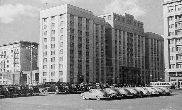 Вид на здание Госплана СССР с Манежной площади, 1950 год