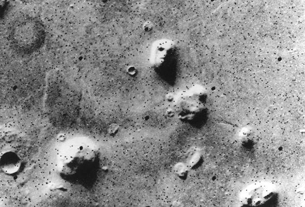 «Лицо» на Марсе, человекоподобие которого оказалось иллюзией, связанной с низким разрешением телевизионной камеры «Викинга-1»