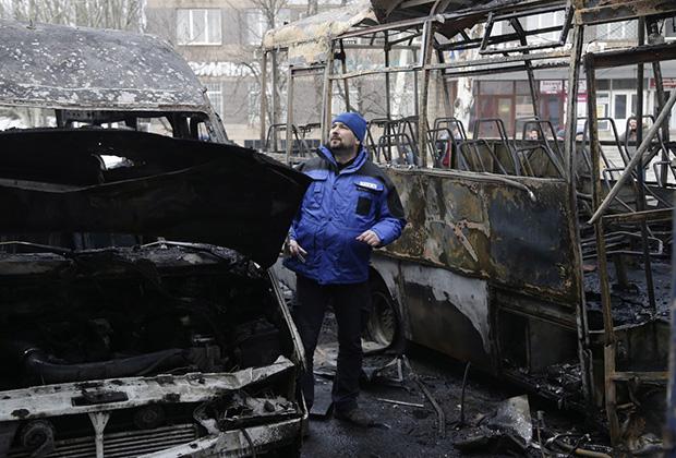 Член миссии ОБСЕ на месте попадания снаряда в остановку общественного транспорта в Донецке, 11 февраля 2015 года