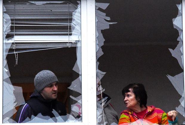 Поврежденный в результате артобстрелов дом в Донецке, февраль 2015 года