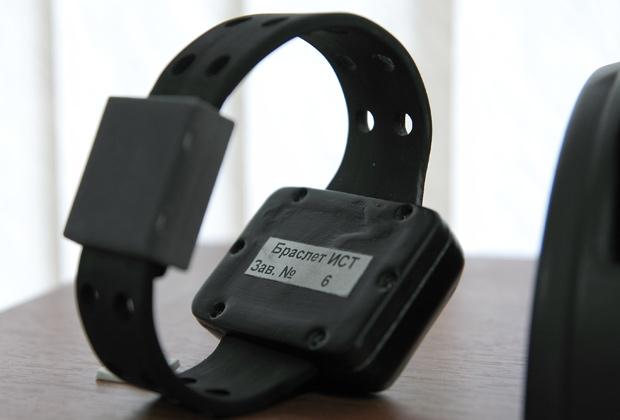 Электронный браслет, предназначенный для контроля за передвижением осужденных за нетяжкие преступления