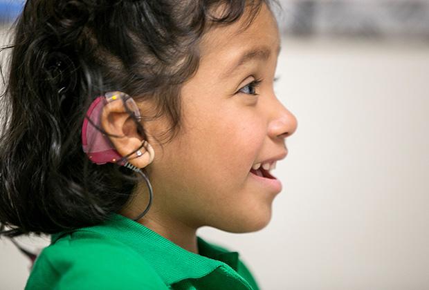 Трехлетней глухонемой американке Анжелике Лопес был введен имплантат в слуховую область коры мозга. Это позволило ей слышать звуки. Методика возвращения слуха разработана в Университете Южной Калифорнии.