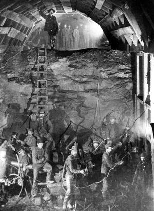 Строители Северной Тихоокеанской железной дороги позируют фотографу перед тем, как убрать временные подпорки в туннеле через гору Стампед Пасс. Фото 1888 года. Трансконтинентальная железная дорога соединила атлантическое побережье США с тихоокеанским.