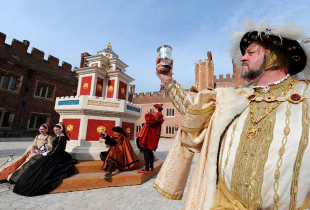 Графство Суррей (Южная Англия). Костюмированное представление из времен Генриха VIII, рассказывающее об истории местного виноделия. Разумеется, с последующей дегустацией белых и красных вин местного производства.