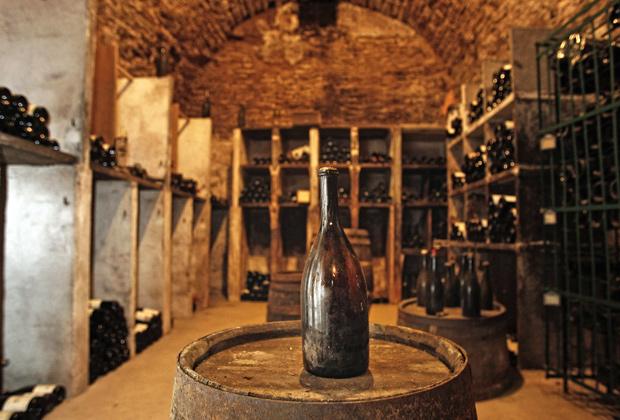 Бутылка «желтого вина» (Vin Jaune) урожая 1774 года передается уже восемью поколениями владельцев