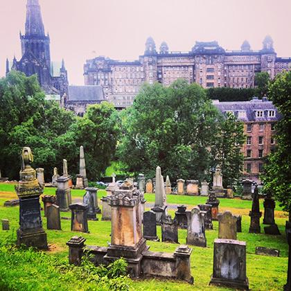 Типичное городское кладбище и церковь