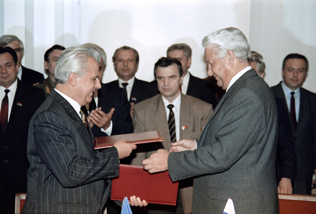 Президенты России и Украины Борис Ельцин и Леонид Кравчук подписывают экономическое соглашение между двумя республиками, ноябрь 1991 года