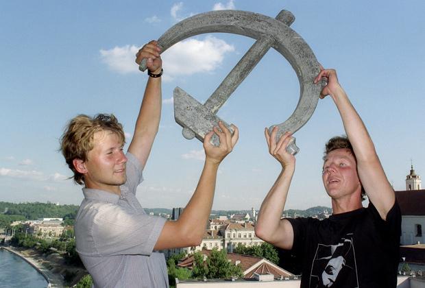 Демонтаж советских символов в столице Литвы Вильнюсе, сентябрь 1991 года