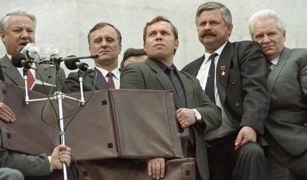Президент России Борис Ельцин, Геннадий Бурбулис (второй слева), Александр Руцкой (второй справа) на митинге перед зданием Верховного Совета РСФСР, август 1991 года