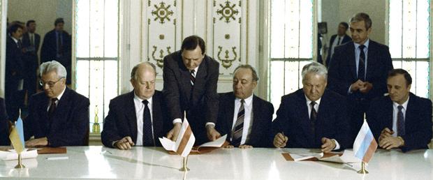 Президент России Борис Ельцин, президент Украины Леонид Кравчук и председатель ВС Беларуси Станислав Шушкевич подписывают Соглашение о создании Содружества Независимых Государств, декабрь 1991 года