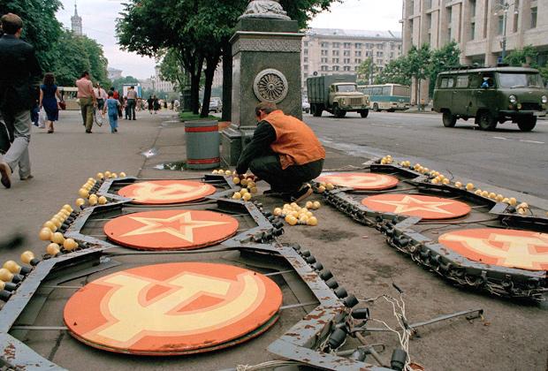 Демонтаж советских символов в Киеве в июле 1991 года накануне визита президента США Джорджа Буша