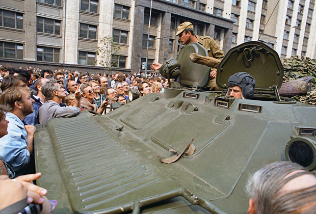 Защитники демократии, собравшиеся у Дома совета министров СССР (Госплан СССР), ведут переговоры с военными на БТР, введеными в Москву 19 августа 1991  года