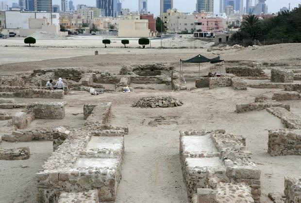 Вид со стороны археологических раскопок в форте Бахрейн на новые высотные районы