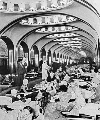 Женщины и дети во время бомбардировки Москвы скрываются на станции метро «Маяковская», 1942 год