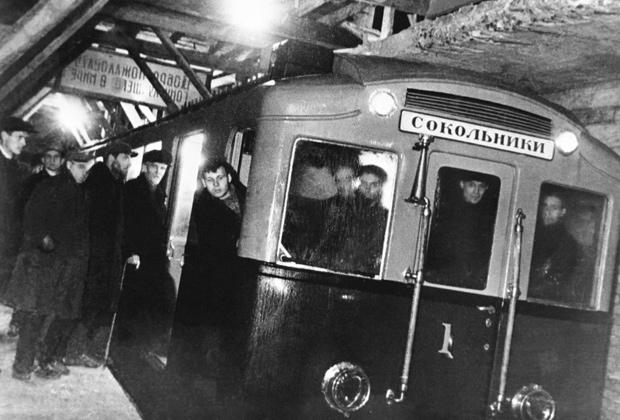Первый испытательный поезд Московского метрополитена, совершивший пробную поездку от станции «Комсомольская» до станции «Сокольники», 1934 год