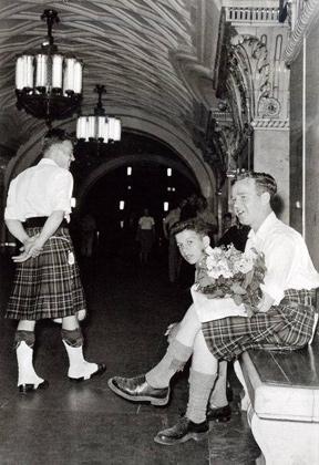 """Шотландцы на станции «Ботанический Сад» (совр. """"Проспект Мира"""" кольцевая). 1957 год"""