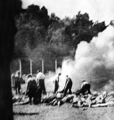 Сжигание трупов в концлагере Аушвиц; фотография тайно сделана членом зондеркоманды