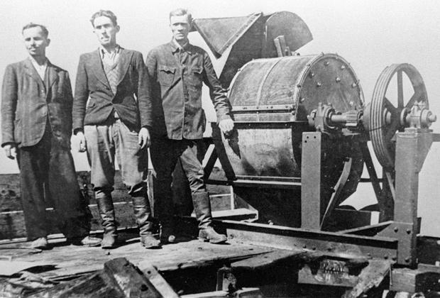 Зондеркоманда Яновского концлагеря возле специальной машины-костедробилки. В обязанности зондеркоманды входило уничтожение следов преступлений нацистов — сжигание трупов и перемалывание костей.