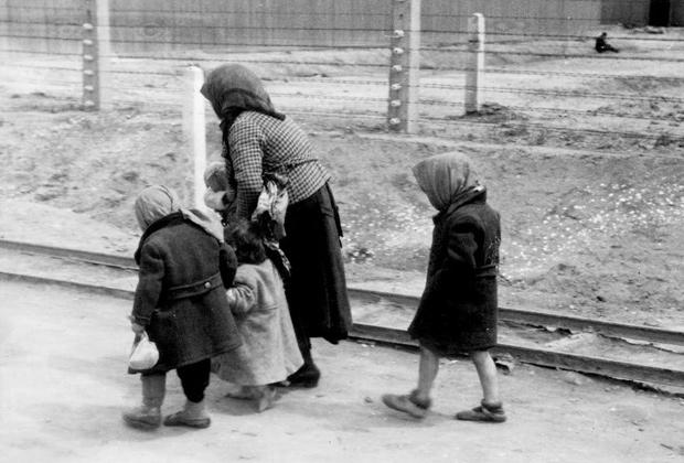 Женщина с детьми в концлагере Аушвиц