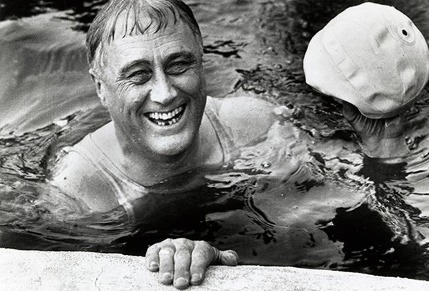 Рузвельт плавает в бассейне во время его президентской кампании, 1932 год