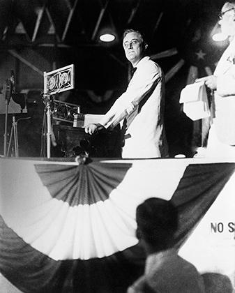 На съезде Демократической партии в 1928 году губернатор Нью-Йорка Рузвельт объявляет, что Альфред Смит становится кандидатом в президенты