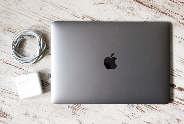 Ноутбук и миниатюрное зарядное устройство —полный комплект