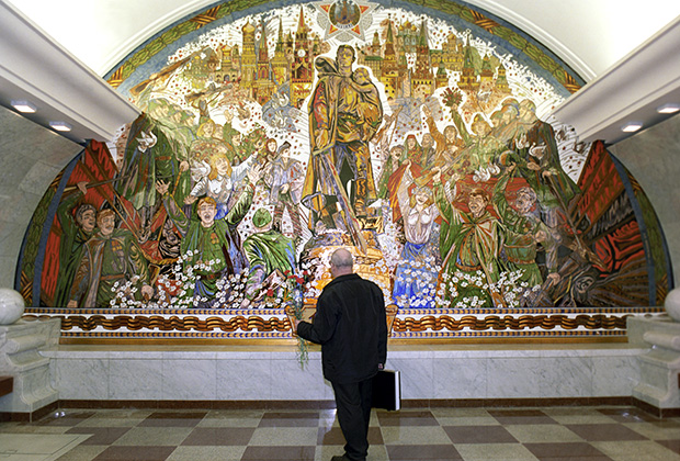 Панно, посвященное победе советского народа в Великой Отечественной войне 1941-1945 годов, на стене станции метро «Парк Победы»