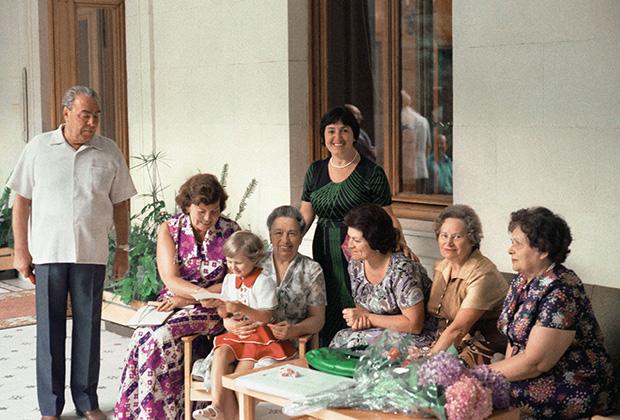 Леонид Брежнев, его жена Виктория Брежнева (четвертая справа) и его дочь Галина Брежнева (на первом плане) на даче в Крыму