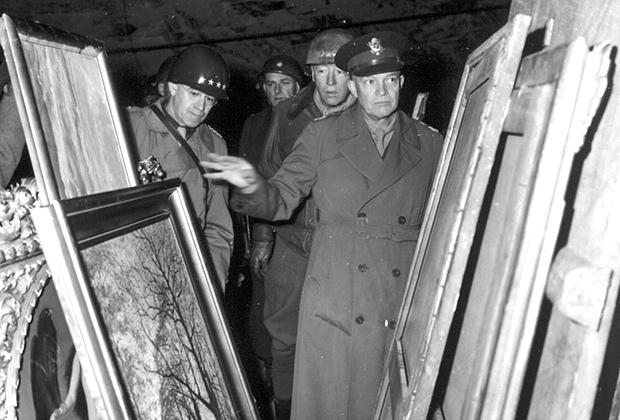 Генерал Эйзенхауэр инспектирует награбленные нацистами произведения искусства