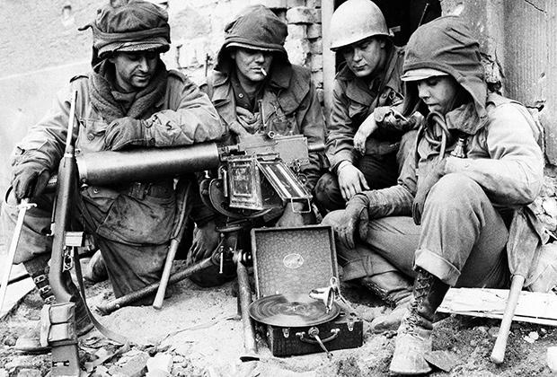 Американские солдаты слушают патефон (Кобленц, 23 марта 1945 года)