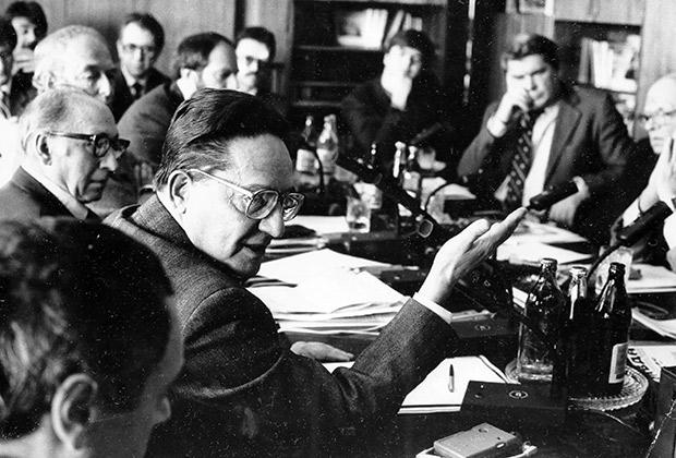 Заседание Межрегиональной депутатской группы. На первом плане слева — П.Г. Бунич, за столом справа — А.Д. Сахаров и Ю.Н. Афанасьев, 1988 год.