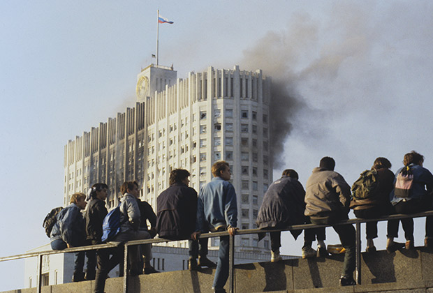 Конституционный кризис 1993 года. Молодежь наблюдает за штурмом Дома советов РФ.