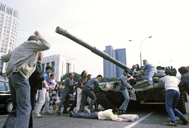 Защитники Белого дома пытаются остановить танк, 19 августа 1991 года