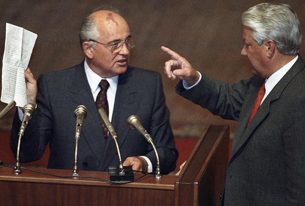 Президент СССР Михаил Горбачев (слева) и президент РФ Борис Ельцин (справа) во время вечернего заседания внеочередной сессии ВС РСФСР, август 1991 года