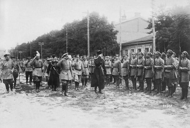 Инспекция украинских войск во главе со Скоропадским