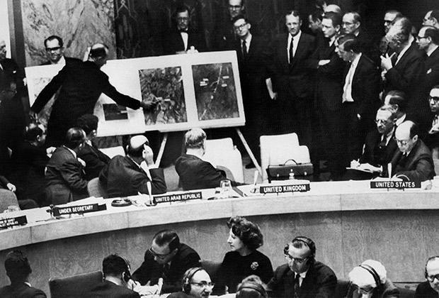Официальный представитель администрации США на заседании ООН показывает снимок с самолета-разведчика, на котором видны советские ракеты на Кубе, 1962 год