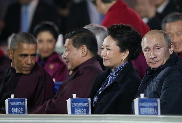 Президент РФ Владимир Путин, заместитель председателя КНР Си Цзиньпин с супругой Пэн Лиюань и президент США Барак Обама (справа налево) наблюдают за световым шоу над олимпийским стадионом Пекина, 2008 год