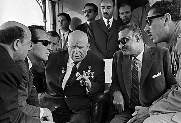 Президент ОАР Гамаль Абдель Насер (справа) беседует с первым секретарем ЦК КПСС Никитой Хрущевым (слева) во время его официального визита в ОАР