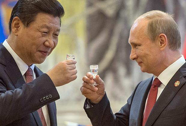 Владимир Путин и Си Цзиньпин по окончании церемонии подписания совместных документов в Шанхае, 2014год