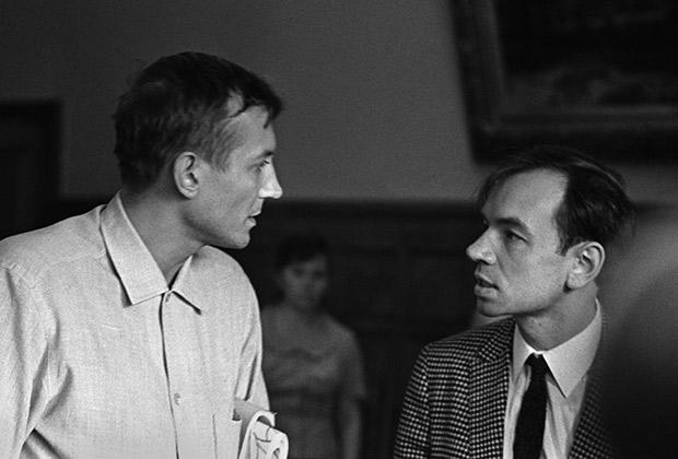 Поэты Евгений Евтушенко (слева) и Андрей Вознесенский